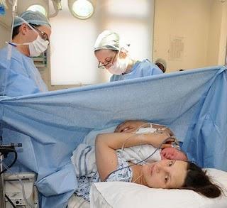 cesarea-asistida-cuando-madre-recibe-manos-su-L-H62yJt