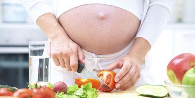 embarazada cocinando